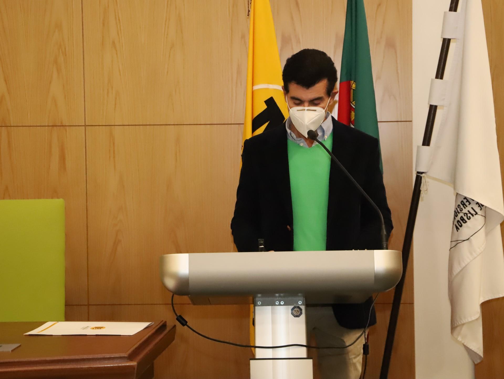 Homem de máscara a discursar