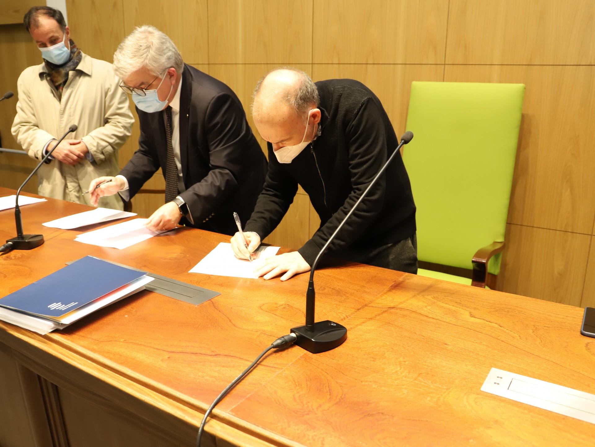 homem assina documento