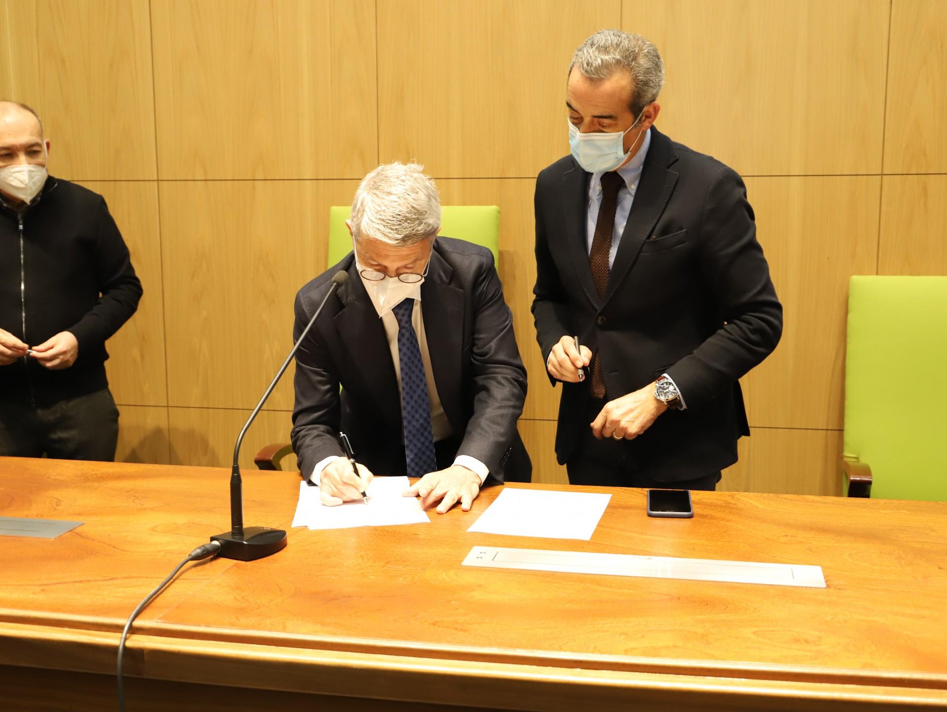 homens assinam documento